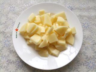 红烧狮子头,土豆去皮洗净,切成块放入锅中;