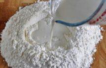 奶香荷叶饼,将面粉和糖混合均匀,中间开穴,倒入牛奶酵母液,慢慢和成均匀的面团;(不习惯在案板上和面的,可以用盆,比较方便)