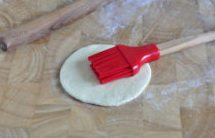 奶香荷叶饼,在面饼上均匀刷一层薄薄的色拉油;