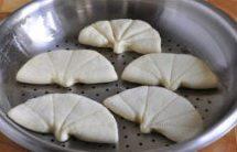 奶香荷叶饼,将做好的饼胚放入蒸屉(蒸屉提前抹一层薄油或使用蒸笼布),放在温暖处继续饧发15分钟(冬季30分钟);
