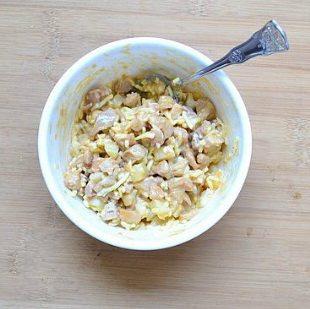 土豆鸡肉芝士包,馅料做法:鸡腿肉烤熟,放凉切小块,土豆隔水蒸熟,放凉去皮切小块,加入适量的沙拉酱和马苏里拉芝士(碎),搅拌均匀即成馅料。