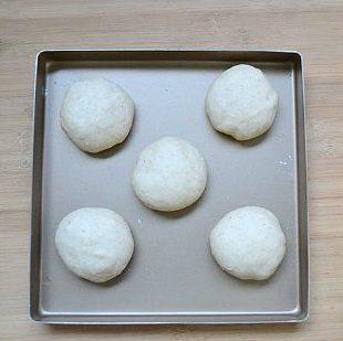土豆鸡肉芝士包,将烤盘放进一个密封的容器,里面放进一小碗热水,保持里面一定的湿度,室温发酵至2倍大(约一小时)。