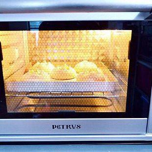 土豆鸡肉芝士包,烤箱190度预热,放在第二层(上面顺数第二层),用烤网上下火烤15分钟至表面金黄即可取出,放烤网上放至微温时放入保鲜袋保存即可。