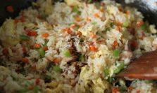 虾仁什锦炒饭,调入适量盐炒匀即可。