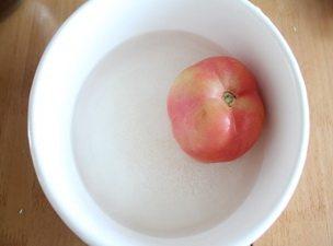 番茄菜花,烧开水,把西红柿放水里烫半分钟左右,这样就可以轻松去掉西红柿的表皮。