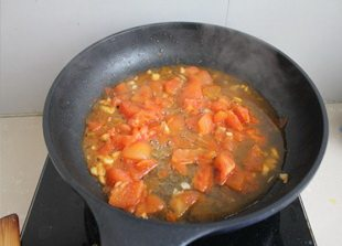番茄菜花,小火慢慢炒西红柿,直到西红柿变软炒碎,变成番茄泥最好。