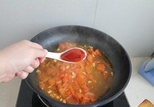番茄菜花,放入番茄酱调味。
