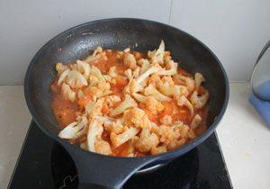 番茄菜花,放入菜花翻炒,炖至汤汁收浓稠即可。