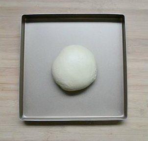 喜羊羊面包,将所有材料后油法手揉至可以拉出薄膜,表面光滑不粘手的阶段。