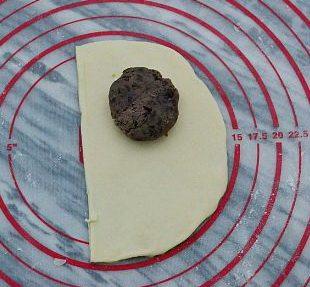 喜羊羊面包,大片的半圆形上方放入适量的红豆馅料。