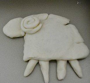 喜羊羊面包,然后将绵羊的面团按图组合起来,一个绵羊的外形就出来了哦。