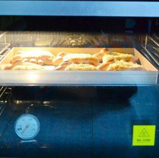 喜羊羊面包,烤箱180度预热,用烤网,放中上层,上下火烤12-15分钟至面包表面金黄上色即可。