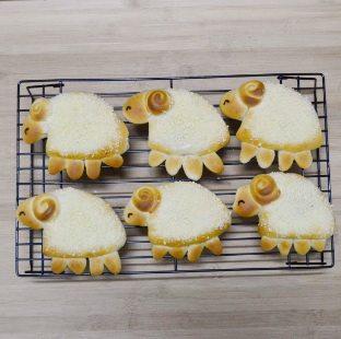喜羊羊面包,烤好后的面包小心取出放烤网上晾凉后用溶化的黑巧克力画上小眼睛即可食用。