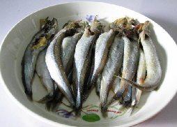 酥香多春鱼,将多春鱼清洗干净,去掉内脏。撒上盐腌制5分钟。