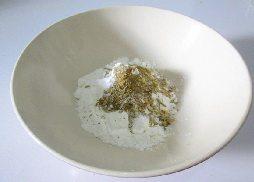 酥香多春鱼,取一碗,加入2勺面粉,2勺淀粉,再加入半勺孜然粉。