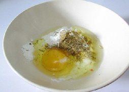 酥香多春鱼,加入鸡蛋。