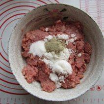 自制猪肉脯,碗中加入白糖、黑胡椒、盐、料酒。
