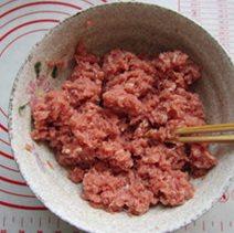 自制猪肉脯,搅拌均匀,顺着一个方向搅拌上劲。
