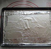 自制猪肉脯,烤盘中放入锡纸,把四周弄平。