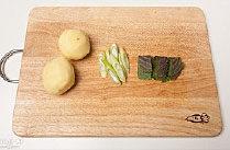 韩国风味土豆汤,土豆去皮,大葱切小段,苏子叶切大段