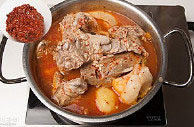 韩国风味土豆汤,去除大葱根和生姜,放入调料泡菜,土豆一起熬煮30分钟,