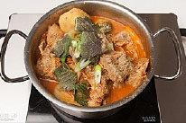 韩国风味土豆汤,最后放入大葱和苏子叶,稍微煮一下就可以享用拉