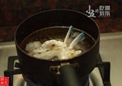 香辣花蟹,热油,将蟹肉炸至金黄
