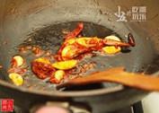香辣花蟹,锅中热油,下干辣椒、姜片、蒜头,用中小火煸炒出香味