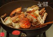 香辣花蟹,转中火,下蟹肉
