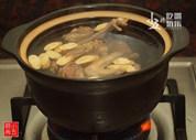 黄芪鸽子汤,砂锅煮开水,下鸽子肉与洗净的黄芪