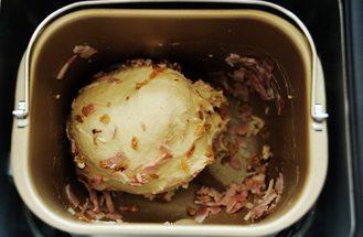 秋葵培根鸡蛋三明治,第四次揉面发出蜂鸣声时,放入洋葱酥、培根碎和奶酪碎;