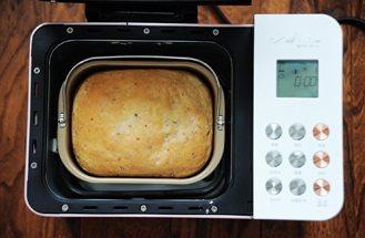 秋葵培根鸡蛋三明治,面包烘烤结束后,面包机会发出蜂鸣声,将面包立刻从面包桶中取出,放在烤网上晾凉即可;