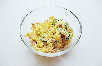 秋葵培根鸡蛋三明治,锅内放入油,倒入步骤5的蛋液炒散;