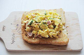 秋葵培根鸡蛋三明治,将炒好的蛋碎铺在吐司片上,再盖上一片吐司片即可。