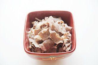 酸汤肥牛,锅内重新换水,烧开后加盐,放入肥牛卷,待肥牛卷由肉粉色开始变色变熟后,大约30秒-1分钟左右(视肉卷厚度)立刻捞出铺在金针菇上;