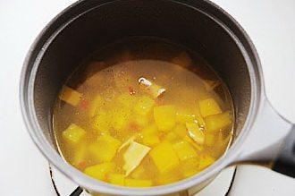 酸汤肥牛,汤汁变黄后关火,趁热加入白胡椒粉和白醋,将汤汁过滤,只取汤汁浇在铺了金针菇和肥牛卷的碗中;