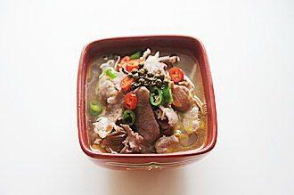 酸汤肥牛,麻椒、切成圈的青红辣椒铺在肥牛卷上,烧一大勺油(盛汤用的勺子),烧开后浇在麻椒和辣椒上即可。