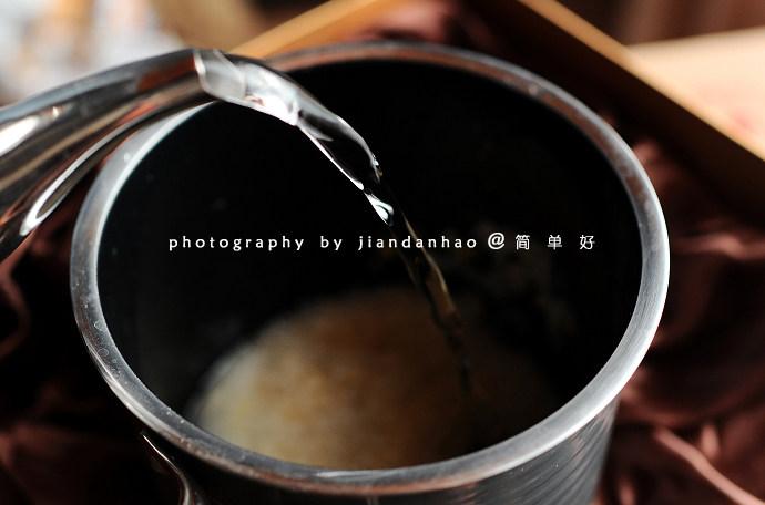 金银黑蒜粥,加入10-12倍的清水,大火煮沸后转小火煮15分钟