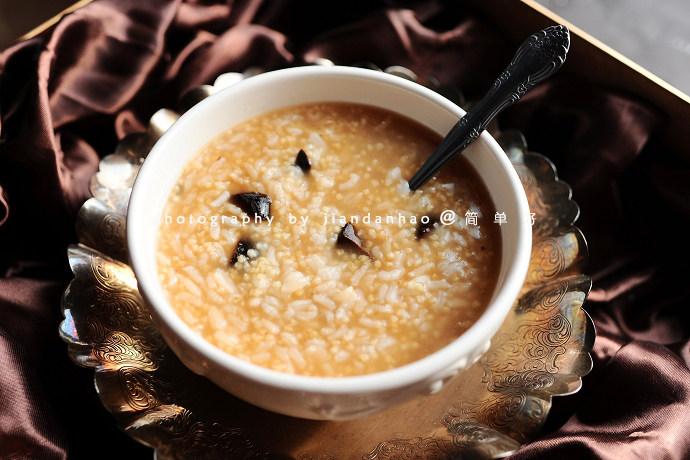 金银黑蒜粥,煮好的粥浓稠滑润,口感微甜。喜欢喝稀粥可以加15倍的水量