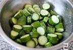 凉拌腌黄瓜,黄瓜洗净切较厚的片,加盐抓匀,盖上保鲜膜腌制过夜