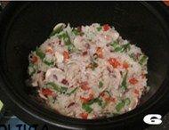 北极虾黑椒口蘑炖饭,加入适量盐和黑胡椒调味。倒入米水比例约1:1.5比例的高汤,转意式炖饭功能。