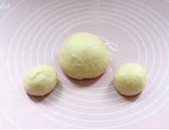 面包版圣诞火鸡,制作面团的过程请参考北海道吐司里的步骤1-5。取出发酵好的面团,揉均排气分割成三份,两份小面团为40克/份,剩下的就是一个大面团。然后盖上保鲜膜松弛约15-20分钟