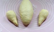 面包版圣诞火鸡,翻面卷成橄榄形。其余两个面团做成鸡腿的形状