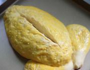 面包版圣诞火鸡,用刀子在面团的中间划上一道口子,稍微划深一点。送进已经预热好的烤箱160度30-35分钟,见面包表皮呈金黄色即可出炉
