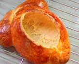面包版圣诞火鸡,然后掏空内部的面包
