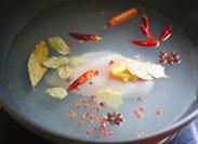 面包版圣诞火鸡,鸡胸肉洗净,凉水入锅加入大料,盐和料酒
