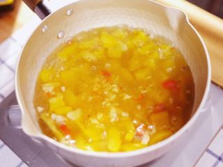酸汤肥牛,油锅爆香姜蒜,加黄椒炒软,加少许红剁椒、盐和糖炒匀,加水加盖小火煮至汤汁变黄,