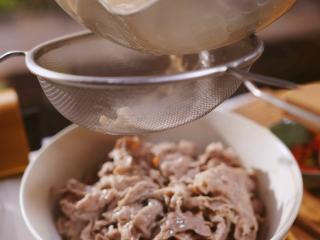 酸汤肥牛,捞出铺在金针菇上,汤汁关火去浮沫,加胡椒和4勺白醋,拌匀后滤出汤水浇在肥牛上。