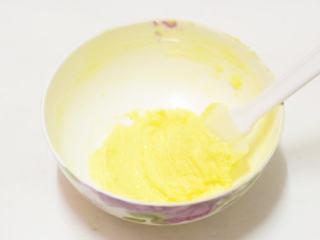 松软酸甜水果香,黄油软化后加入糖,用电动打蛋器搅打至蓬松发白状态