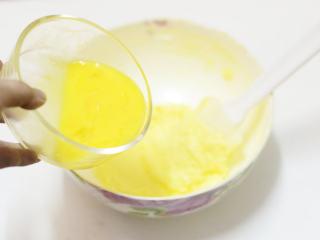 松软酸甜水果香,然后加入一个鸡蛋,或分次加入,搅打至蛋液完全融合,无水油分离状态
